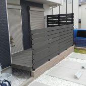 デッキ専用フェンスと比較すると格安な木樹脂'エコモックフェンス'!高さ自由!薄茶・茶・黒3色